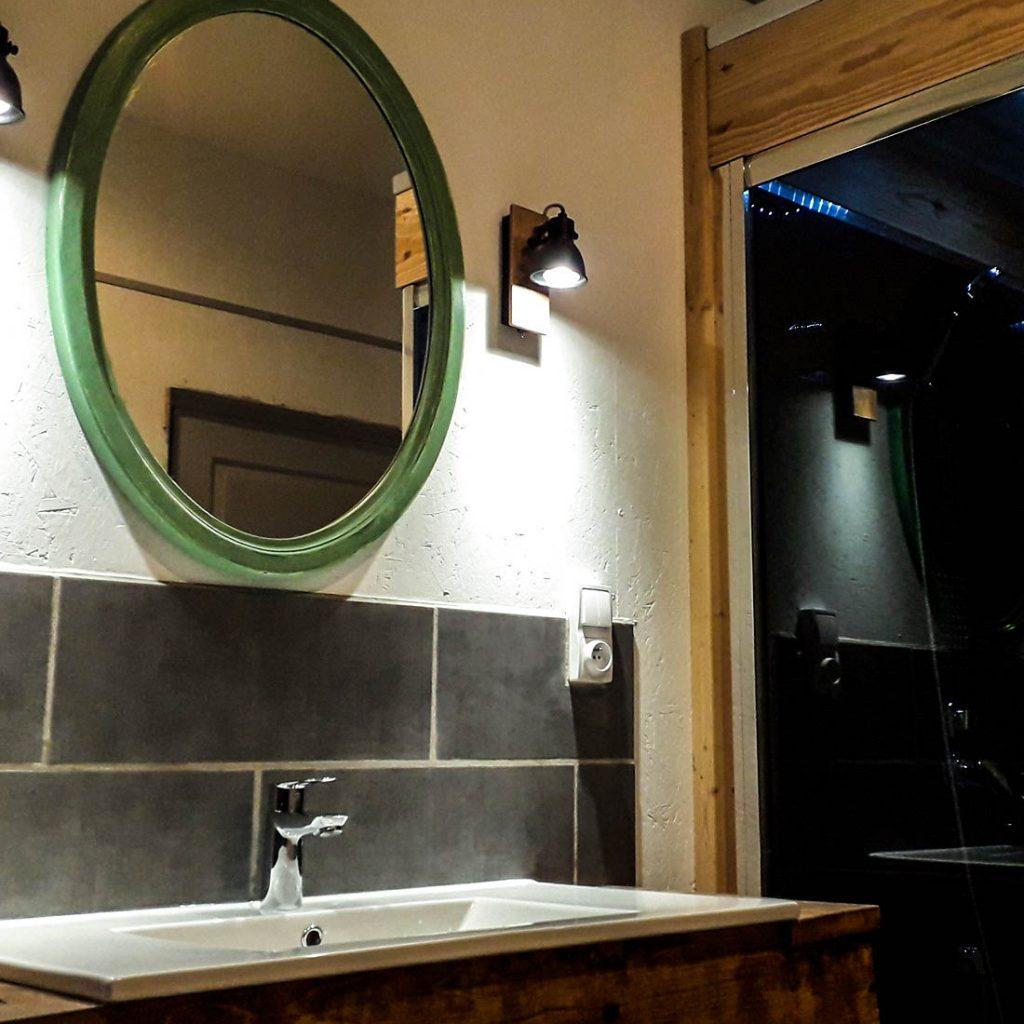 Badkamer met bubbelbad en douche