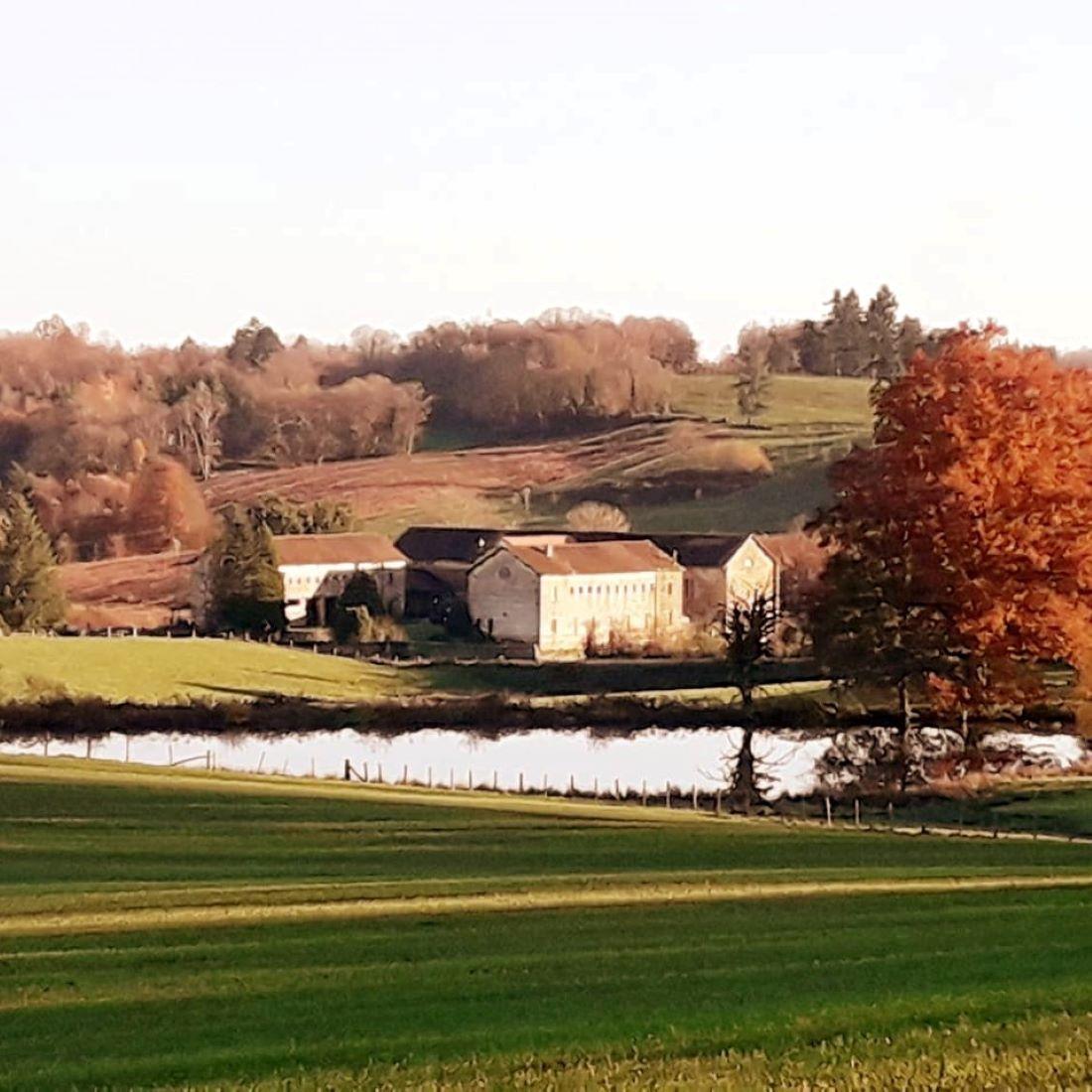 Zicht op La Fabrique in de herfst