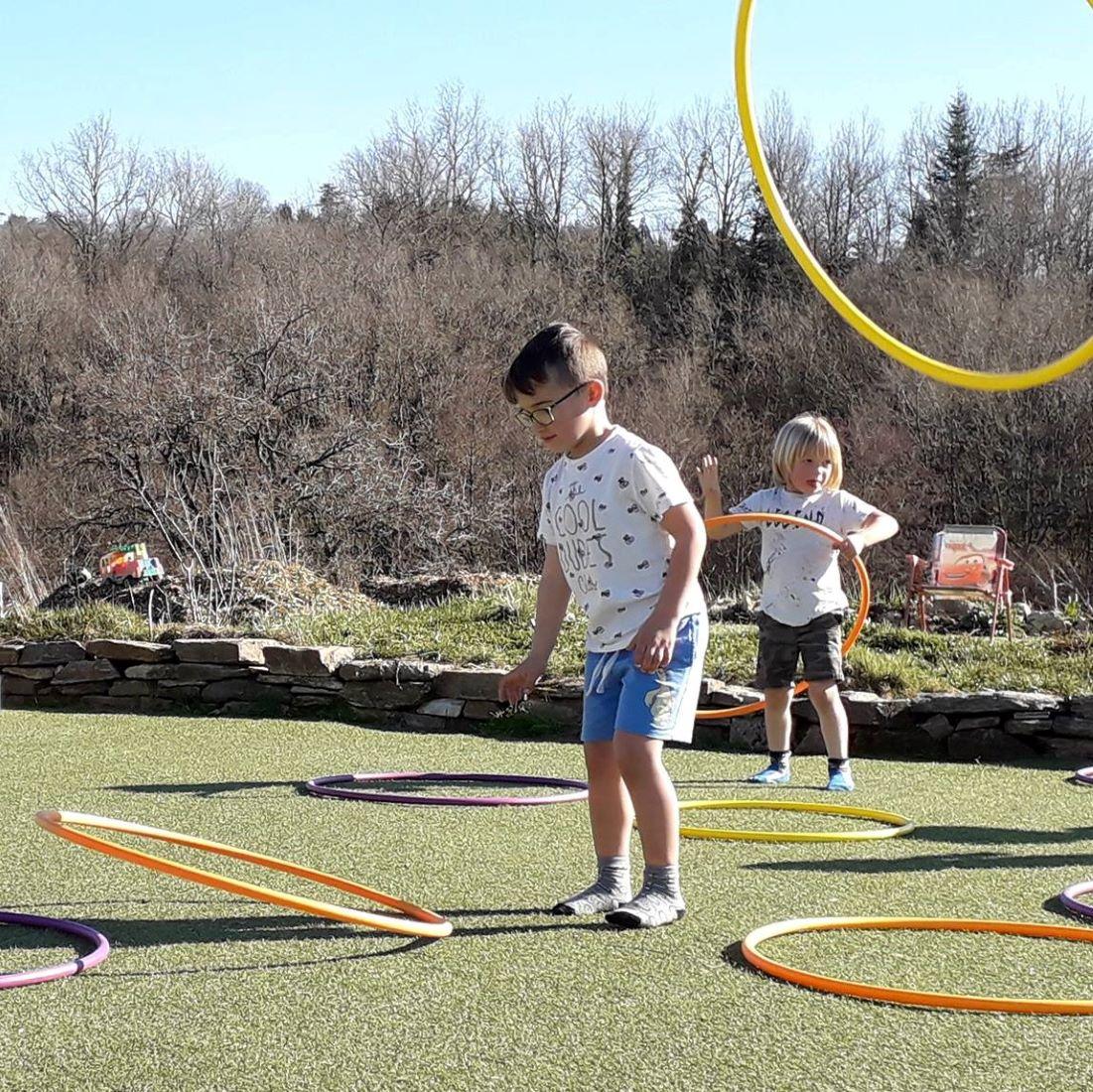 Spelende kids in Februari