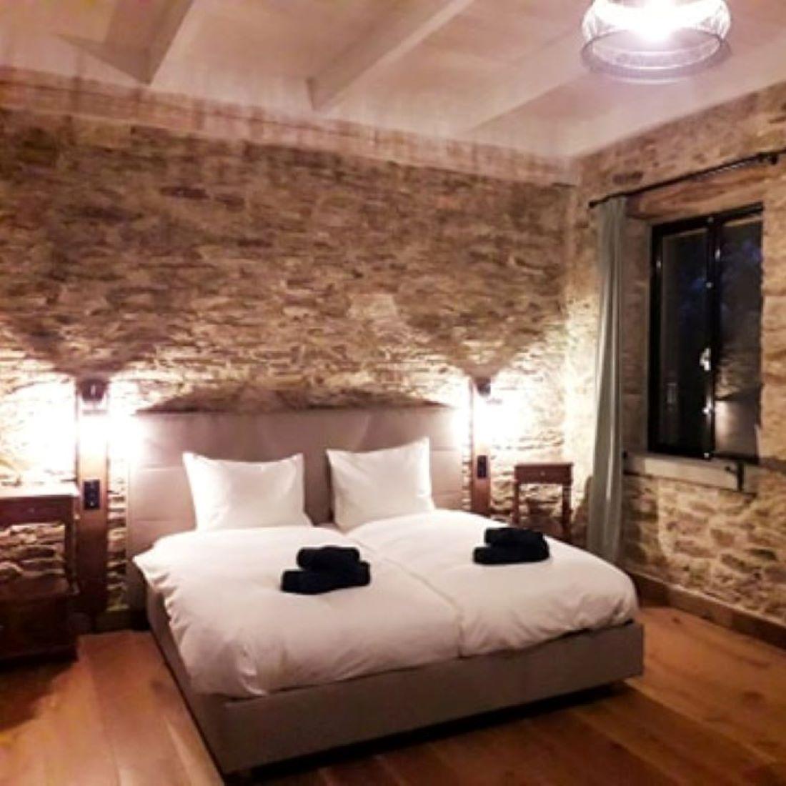 Master bedroom ensuite badkamer met waterval douche