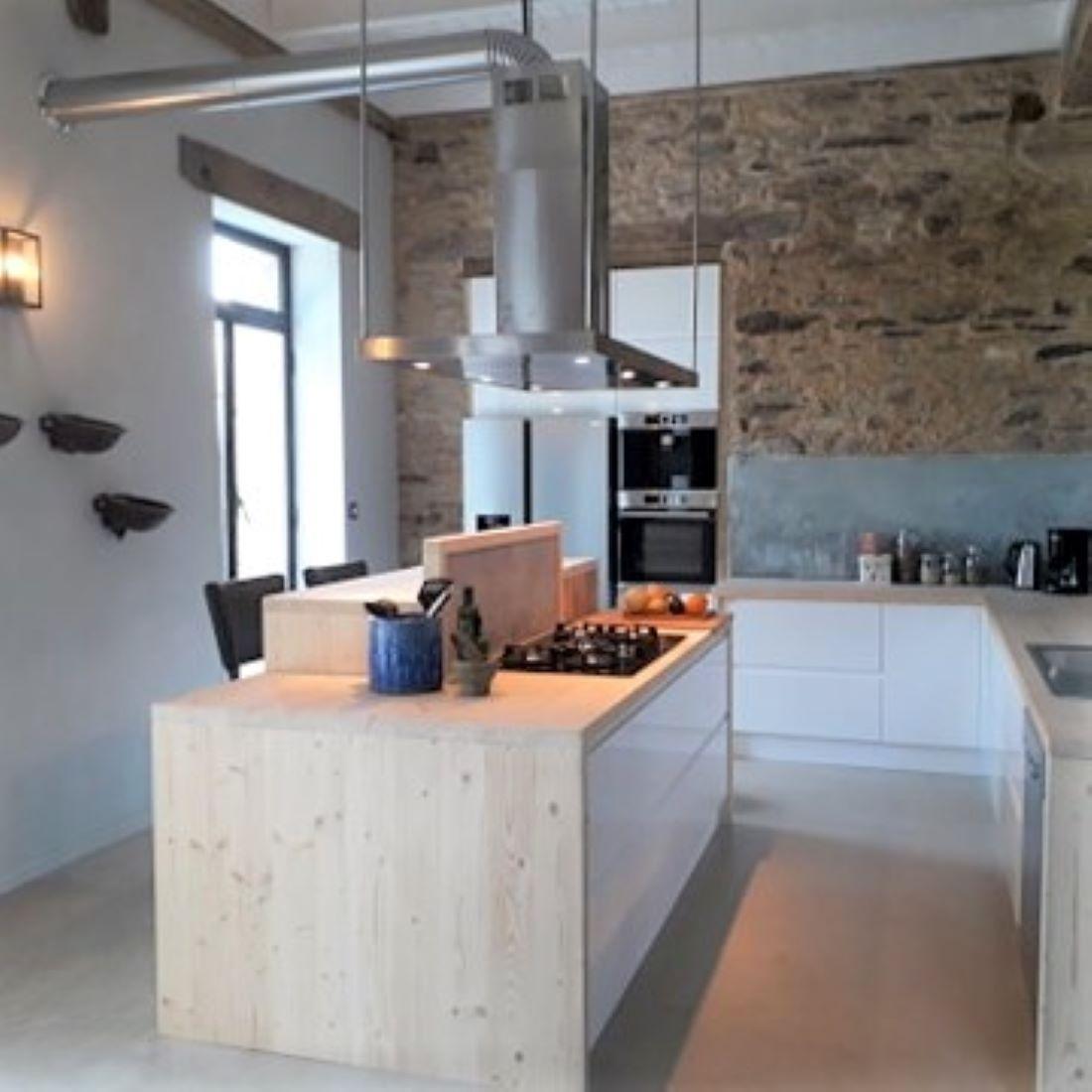 Grote keuken met moderne apparatuur en ontbijtbar
